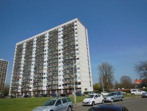 Rustig gelegen hoekappartement (112 m²) op de 1ste verdieping van het gebouw! Omvattende: inkomhal met vestiaire op parket; woonkamer (32 m²