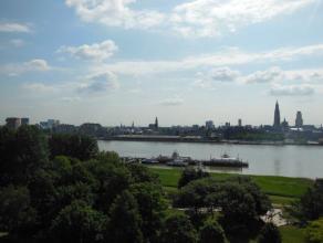 Zeer gunstig appartement (95 m²) gelegen op de 9de verdieping van Residentie 'Van Marcke' met prachtig zicht over Schelde en Stad Antwerpen! Inde