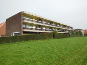 Zeer ruim appartement (100 m²) op de 1ste verdieping van een kleinschalig gebouw! Het appartement bestaat uit: inkomhal op tegel; ruime woonkamer