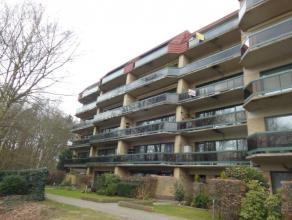 Ruim appartement (115 m²) gelegen in een rustige straat met zicht op park Middenvijver! Het appartement omvat: inkomhal op laminaat; woonkamer (4