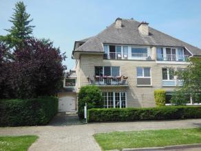 Ruim en zeer goed onderhouden gelijkvloers appartement (125 m²) met terras en tuin! Het appartement omvat: inkomhal met vestiaireruimte en apart