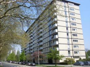 Vernieuwd en perfect onderhouden appartement, gelegen op de 8ste verdieping met prachtig uitzicht over Sint-Annabos en Stad Antwerpen! Bestaande uit: