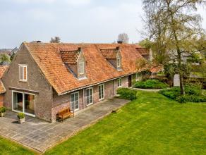 VERKOCHT - Compromis in opmaak - Deze op te frissen villa met uniek karakter is gelegen op een prachtig domein van 5290 m² op wandelafstand van h