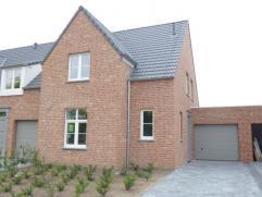 Knappe woning, gebouwd in een hedendaagse stijl, met zeer degelijke materialen en een uitstekende afwerking. De volledige gelijkvloerse verdieping is