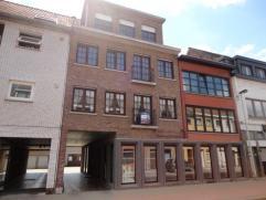 Ruim appartement op de 1e verdieping van een gebouw, gesitueerd langs de invalsweg vanuit Ranst/Emblem naar Lier centrum.Indeling en omschrijving : In