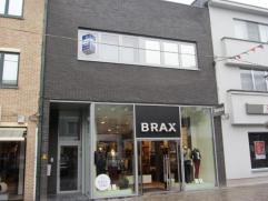 Modern appartement met riant terras gelegen in een aangename winkelstraat, in hartje Herentals. Vanuit de inkomhal krijgt u toegang tot een ruime en l