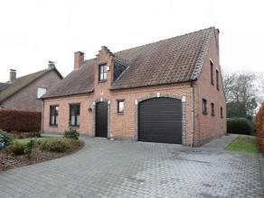 Zeer rustig gelegen landhuis op een perceel van 926 m², gelegen op 700 meter van het Marktplein van Vorselaar. Deze ruime woning beschikt over; e