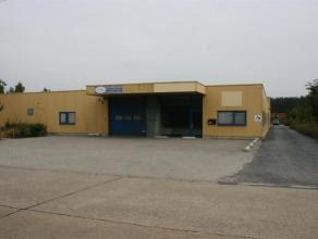 Magazijn van 706 m² en kantoor van 170 m². Totale huurprijs 2778 euro per maand. Kan ook apart gehuurd worden. (1786 en 950 euro).Bouwjaar 1