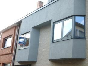 Modern duplex-appartement gelegen in het centrum van Herentals, in een rustige woonstraat. Het appartement werd ingedeeld als volgt: op de 1ste verdie