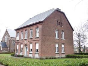 Knappe, authentieke pastoriewoning, naast de kerk van Onze-Lieve-Vrouw Olen.Het gebouw werd opgenomen in de lijst van Bouwkundig Erfgoed. In een Gemee