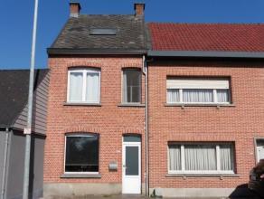 Gezellige rijwoning gelegen aan het station van Olen met onder meer drie slaapkamers op een perceel van 280 m².Indeling woning; inkomhal, ruime b