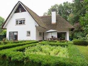 Charmante villa met rieten dak, gelegen op een riant perceel van 5790 m², met aangelegde tuin, net buiten de dorpskern van Olen-Centrum.De villa