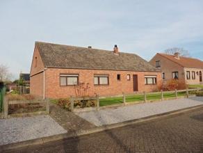 Vrijstaande woning met garage op een perceel 806 m², gelegen in rustige straat op slechts enkele minuten van het centrum van Olen.Indeling en oms