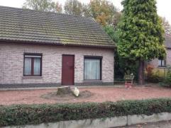 Kleine vrijstaande laagbouwwoning met grote tuin. Indeling: Woonkamer met keukenhoek en veranda, nachtgang, 2 slaapkamers, toilet, badkamer, berging,