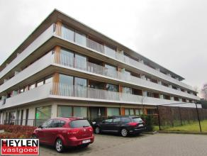 Prachtig nieuwbouwappartement op centrale ligging. Vlakbij de ring en het centrum van Turnhout. Hele dag zon op het terras. Autostaanplaats in de onde