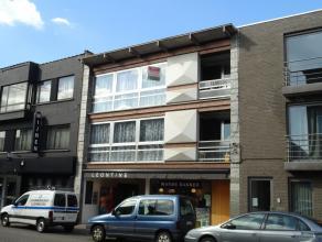 Ruim appartement (117 m²) op de 2de verdieping met 2 slaapkamers, kelderberging en autostaanplaats.Gelegen in het centrum van Herentals op wandel