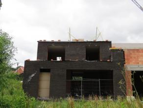 Ruwbouw woning voorzien van woonkamer, keuken, wasplaats, inpandige garage, 3 slaapkamers en 2 badkamers op 381m². Gelegen in een rustige verkave