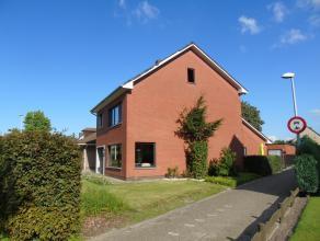 Op 5 min. wandelen van het centrum en in de mooiste buurt van Hoogstraten bevindt zich deze zeer ruime,grotendeels gerenoveerde woning met 778 m