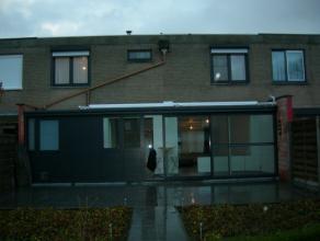 RIJWONING MET AANGELEGDE TUIN & TUINHUIS Indeling: hal, living+eethoek/veranda, ingerichte keuken, inpandige garage + berging Op verdiep: 4 slaa