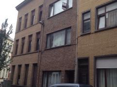 Ruim appartement met 1 slaapkamer gelegen op het 1e verdiep van een kleinschalig appartementsgebouw.  U komt binnen in de hal die toegang geeft ener