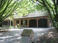 Ruime villa met 5 slaapkamers, dubbele garage en beboste en zongerichte tuin. Gevelbreedte van 19,16m. Gelegen in en omgeven door agrarisch gebied. He