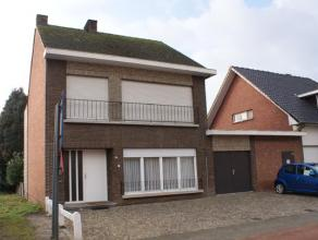 Centraal gelegen woning met 3 grote slaapkamers, garage en werkplaats. Verschillende mogelijkheden. Degelijke bouw, maar binnen te moderniseren.