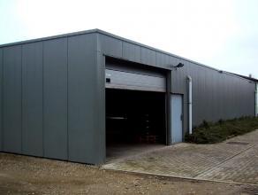 Magazijn gelegen in industrieterrein (Klein Gent en Wolfstee) Herenthout-Herentals. Vlakbij de E313. Opslagplaats met hoge inrijpoort. Oppervlakte : 3