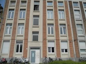 Instapklaar appartement met één slaapkamer en ruim overdekt terras. Uitstekend gelegen nabij station, school en winkels. EPC = 338. Voor