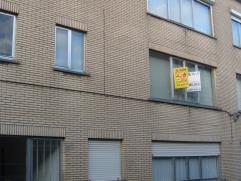 Verzorgd appartement met twee slaapkamers gelegen in een rustige straat in het centrum van Herentals. Het appartement omvat verder een inkomhal, zonni