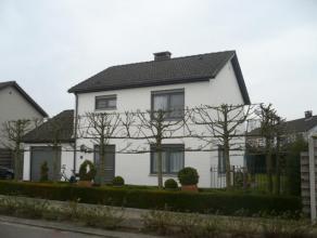 Instapklare gezinswoning met o.a. 3 slaapkamers, veranda, garage, carport, terras en tuin met groot tuinhuis. Gelegen in rustige, kindvriendelijke bu