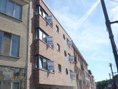 Nieuwbouwappartement op de eerste verdieping  met o.a. twee slaapkamers, lift en balkon. Onmiddellijk beschikbaar. Mogelijkheid om bijkomend een onder