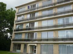 Goed onderhouden appartement op de derde verdieping (lift aanwezig in het gebouw) met o.a. twee slaapkamers, balkon en garage. Gemeenschappelijke kost