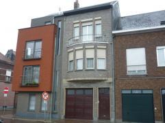 Ruime, op te frissen woning met o.a. op het gelijkvloers een garage/magazijn van ongeveer 110 m² met aansluitende stadstuin. Op de eerste verdie