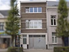 Mooie en goed gelegen woning met minstens 3 slaapkamers. Kort bij het stadscentrum en vlakbij winkels, scholen, openbaar vervoer, ... Met een leuke om