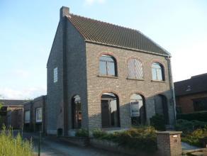 Op te frissen, ruime gezinswoning met achterliggend magazijn (150 m²). Er zijn o.a. 4 slaapkamers, een garage en tuin. Uitstekende ligging!  V