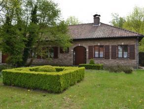 Deze instapklare villa, gebouwd in 1990, ligt op een mooi perceel grond van 30 m straatbreedte. Achteraan bevindt zich nog een bijhorend perceel bosge