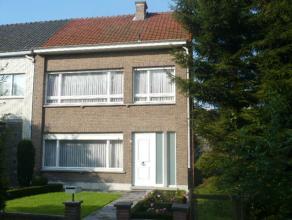 Instapklare gezinswoning met o.a. 3 slaapkamers, veranda, tuin en garage met achteruitweg. EPC = 590. Uitstekend gelegen! Mogelijk klein beschrijf!
