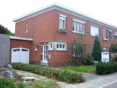 Perfect te bewonen, doch te renoveren woning. Interessant gelegen op de grens van Mortsel en Edegem. Deze woning omvat op het gelijkvloers een inkom