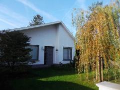 Mooie en zeer rustig gelegen woning in Vorselaar.  Deze omvat op het gelijkvloers: inkomhal aan de voor- en achterkant; living; keuken met eetplaats;