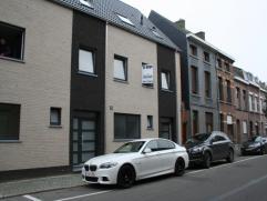 Deze nieuwe stadswoning is gebouwd op mooi perceel, gelegen in een rustige straat nabij Nekkerspoel.  De woning omvat op het gelijkvloers: - een ze