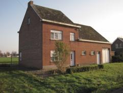 Deze op te frissen, maar charmante woning is rustig gelegen op een landelijk perceel van ca. 1340 m².  De schuur, opslagplaats, authentieke elem