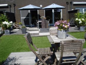 Prachtig recent luxe - appartement met groot terras ( 35m²) + tuintje, rustig gelegen op wandelafstand van centrum. Met o.a. ruime inkom met vest