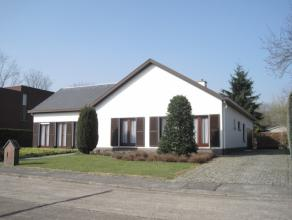Deze residentieel gelegen villa is gelegen binnen een rustige verkaveling te Lier op een perceel van 888 m².  De laagbouw villa heeft alle woon