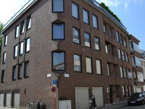 Dit appartement ligt op 50 meter van de Grote Markt, en omvat: ruime inkomhal met ingebouwde kasten, aparte toilet, living met massieve parket, badkam