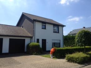 Zeer leuke woning met o.a. 3 slaapkamers, inpandige garage en veranda, omgeven door een leuke omheinde tuin (5a14ca) en gelegen in een zeer rustige en