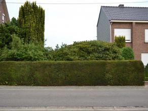 Deze bouwgrond is rustig gelegen in een straat voor plaatselijk verkeer. Het betreft een grond voor HOB waar je tegen de rechtse buurman tegenbouwd, v