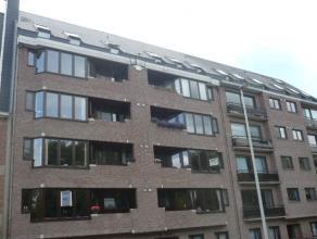 Instapklaar appartement met o.a. 3 slaapkamers, groot terras, klein terras aan de voorkant, lift en grote garagebox. Uitstekend gelegen op wandelafst