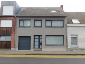 Moderne strakke woning met de mooiste kwaliteitsmaterialen.  De woning is zeer praktisch ingedeeld en voorzien van alle nodig comfort.  Bij de renov