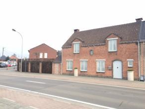 Deze smaakvol afgewerkte hoekwoning met 3 slaapkamers is gelegen nabij de dorpskern van Berlaar.<br /> <br /> De woning omvat op het gelijkvloers een