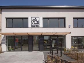 Deze recent gerenoveerde kantoorruimte bevindt zich in een nieuw kantoorcenter aan de Mortselse stadsrand. Met privéparking achteraan het gebou